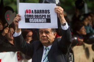 Manifestantes pidiendo la salida de Juan Barros Foto:Agencia Uno. Imagen Por: