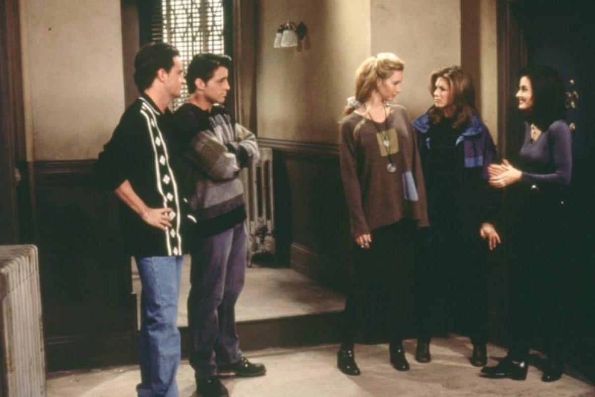 """En el último episodio, """"Phoebe"""" vería a """"Ross"""", """"Chandler"""", """"Mónica"""", """"Joey"""" y """"Rachel"""" alejarse mientras se refieren a ella como """"la loca que todos los día se nos queda viendo"""". Foto:vía facebook.com/friends.tv. Imagen Por:"""