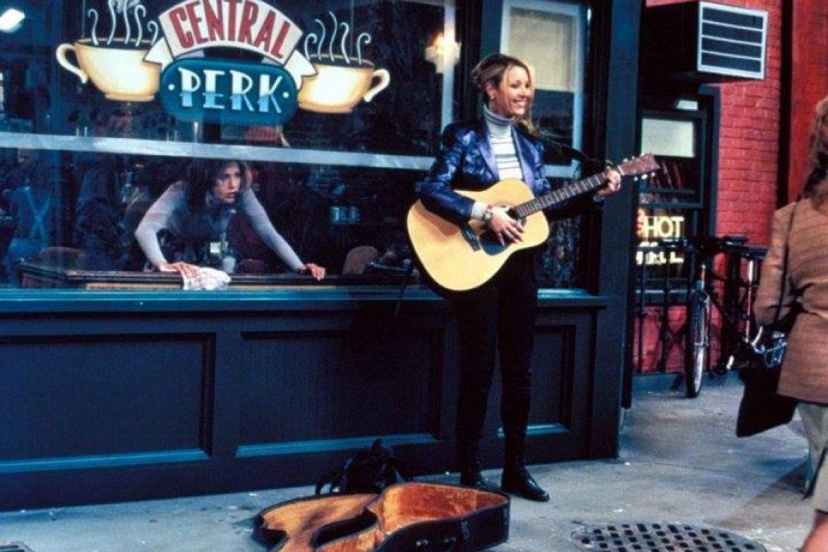 """En esta realidad alternativa, """"Phoebe"""" es una mujer indigente que observa a """"los amigos"""" conversar desde la ventana de la cafetería """"Central Perk"""". Foto:vía facebook.com/friends.tv. Imagen Por:"""