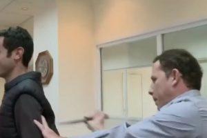 Cuando demostraba cómo se frustra una puñalada, el cuchillo penetró la protección y logró herir la parte superior de la espalda del reportero. Foto:YouTube. Imagen Por: