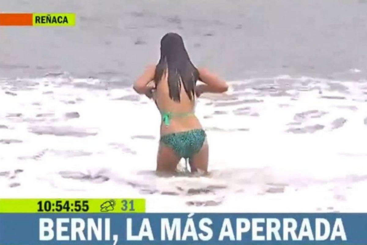 La parte superior del bikini de Bernardita Middleton cayó después de lanzarse al mar, durante su transmisión. Foto:Vía TVN. Imagen Por: