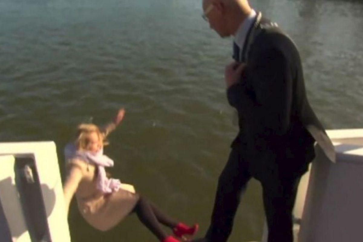 El momento en que una reportera holandesa cae al mar durante una entrevista al alcalde de la ciudad de Kampen. Foto:Vía Youtube. Imagen Por: