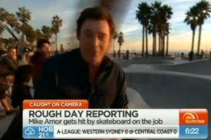 Reportero autraliano recibe fuerte golpe en la cabeza con una patineta. Foto:Vía Sunrise. Imagen Por: