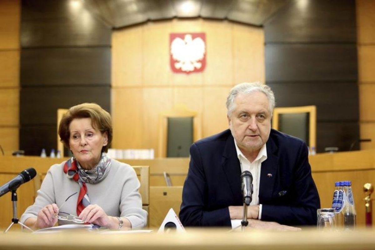 El presidente del Tribunal Constitucional polaco, Andrzej Rzeplinski, junto a la jueza Slawomira Wronkowska-Jaskiewicz, durante una rueda de prensa en el Tribunal Constitucional de Varsovia, en Polonia, este martes 12 de enero. Rzeplinski anunció que dos jueces que fueron elegidos por el Parlamento el pasado 2 de diciembre pasarán a formar parte del Tribunal Constitucional. Foto:Efe. Imagen Por: