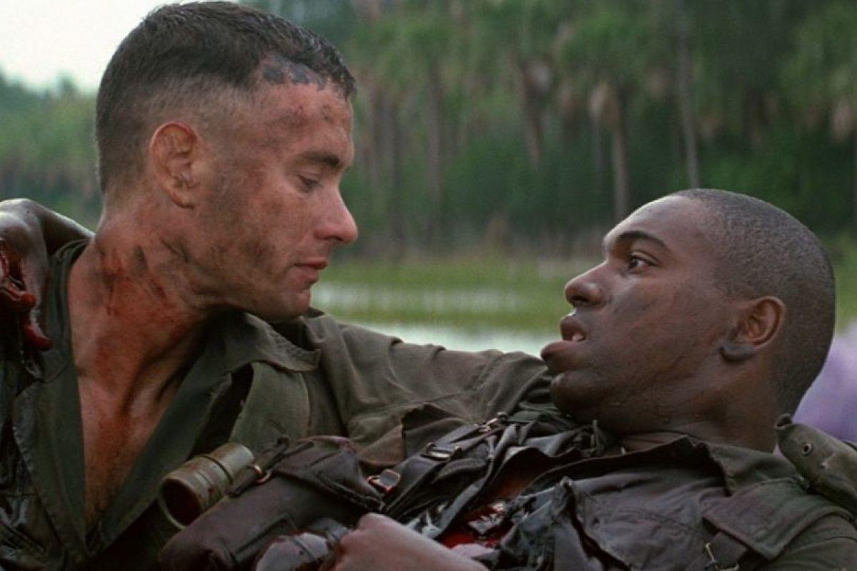 """La cinta """"Forrest Gump"""" está basada en la novela homónima del escritor Winston Groom. La película ganó en 1994 los Óscares a mejor película, mejor director, mejor actor, mejor guion adaptado, mejores efectos visuales y mejor montaje. Foto:Paramount Pictures. Imagen Por:"""