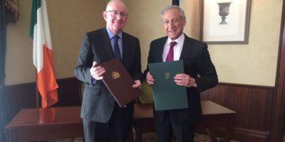 Chile firma convenio para que 100 jóvenes puedan trabajar durante sus vacaciones en Irlanda