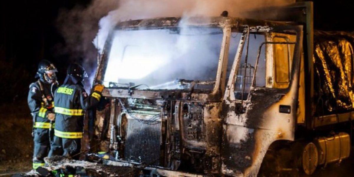 Nuevo ataque incendiario en La Araucanía: encapuchados queman camión y cabañas