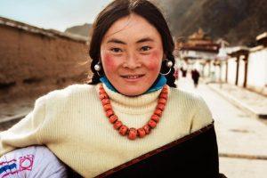 Mujer tibetana. Xiahe, China Foto:The Atlas of Beauty / Mihaela Noroc. Imagen Por: