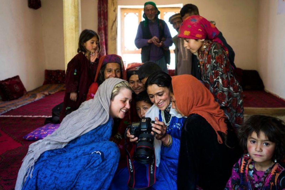 Mujeres viendo sus retratos en Afganistán Foto:The Atlas of Beauty / Mihaela Noroc. Imagen Por: