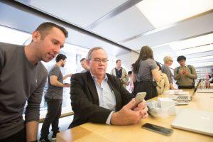 """El método de remediar el apagado del iPhone es realizar un """"hard reset"""", el cual se hace manteniendo pulsado el botón de encendido y el de home al mismo tiempo durante 10 segundo para lograr que se reinicie el dispositivo. Foto:Getty Images. Imagen Por:"""