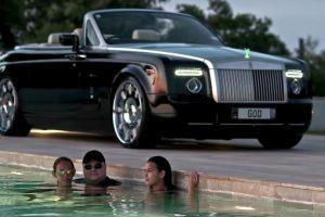 Kim disfrutando en una piscina. Foto:MrKimDotcom / YouTube. Imagen Por: