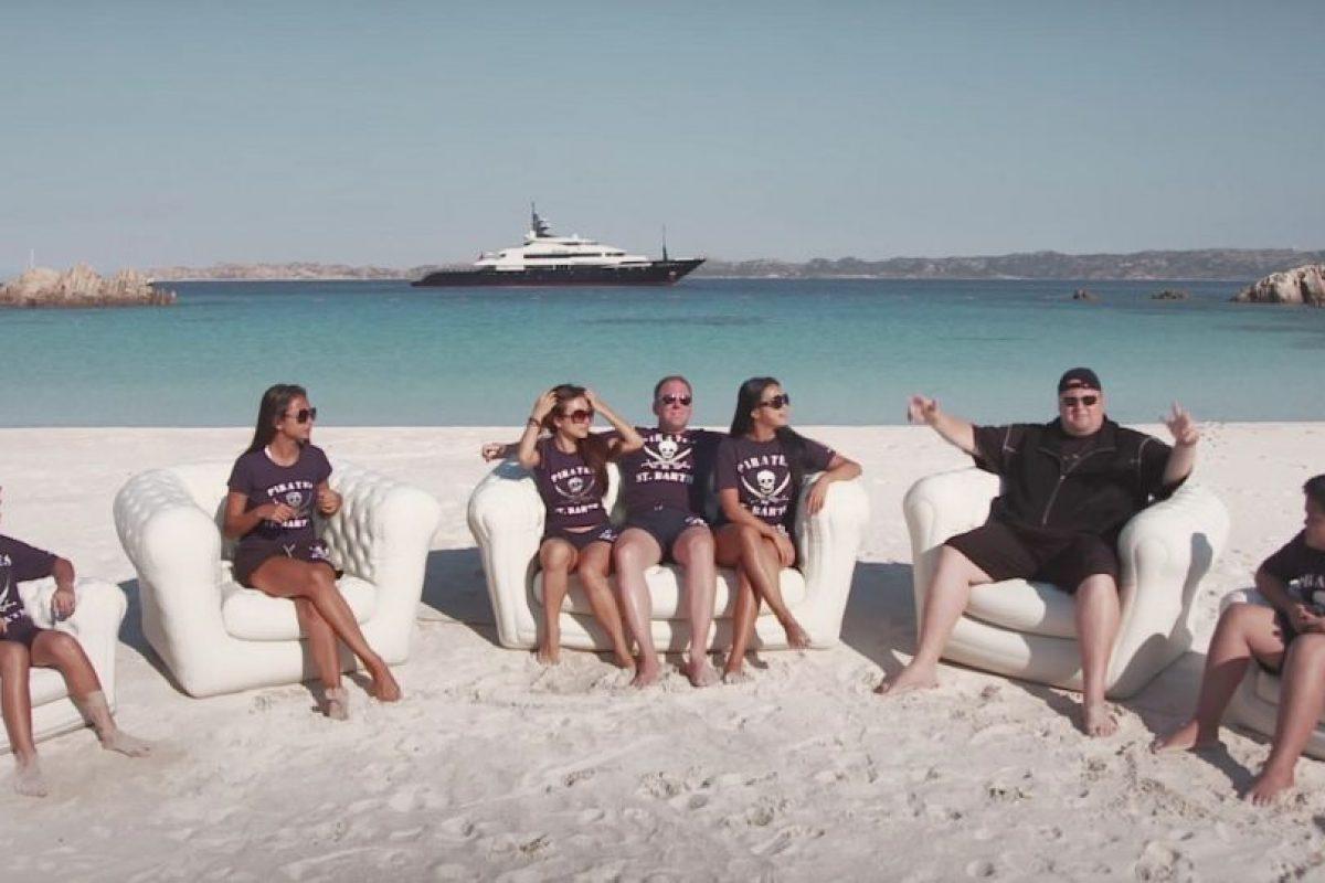 Con la familia en la playa. Foto:MrKimDotcom / YouTube. Imagen Por: