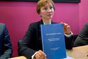 Marina Litvinenko, esposa del agente asesinado Alexander Litvinenko, con el informe del juez Owen. Foto:AFP. Imagen Por: