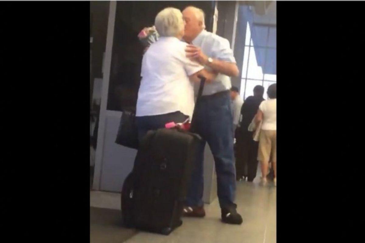 El hombre esperó con un ramo de rosas en la mano y un beso fue su recompensa Foto:Vía Facebook.com/TheRealChrisPerry. Imagen Por: