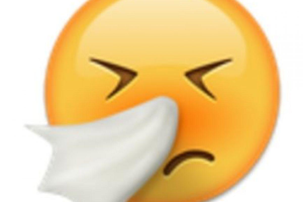 Cara sonándose la nariz con un pañuelo. Foto:vía emojipedia.org. Imagen Por: