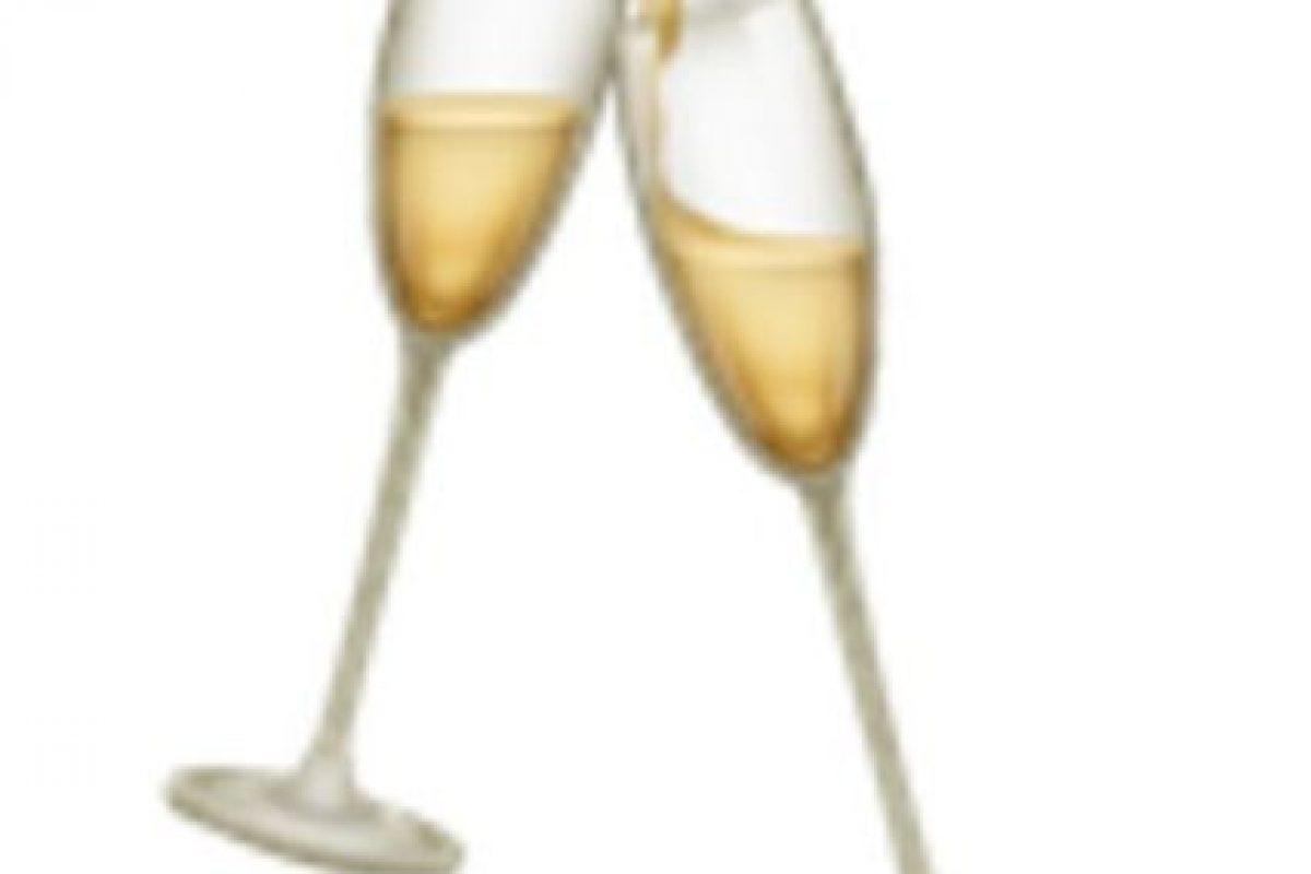 Copas de champaña chocando. Foto:vía emojipedia.org. Imagen Por: