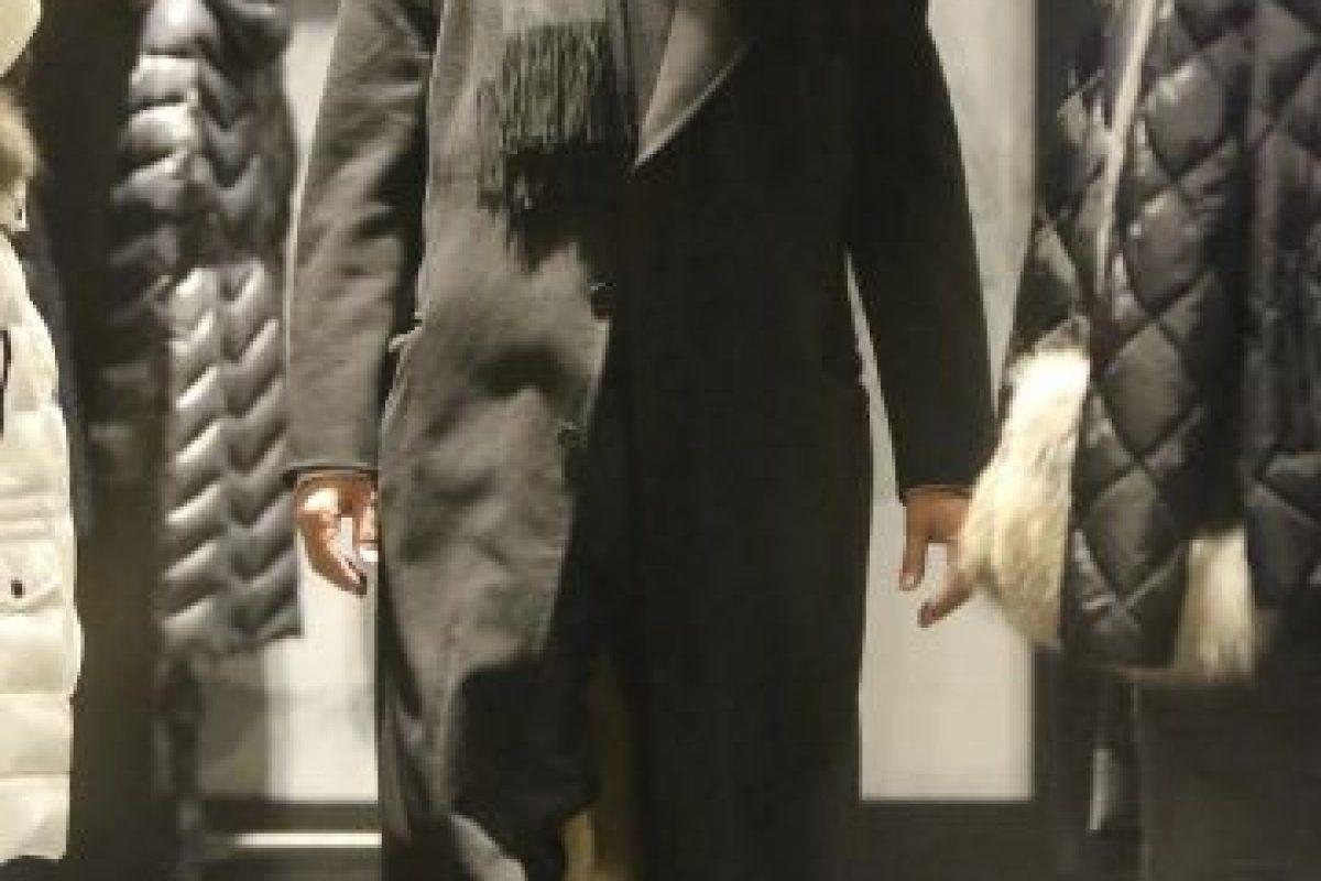 El también productor parecía elegir botas junto a su acompañante debido a la nieve. Foto:Grosby Group. Imagen Por: