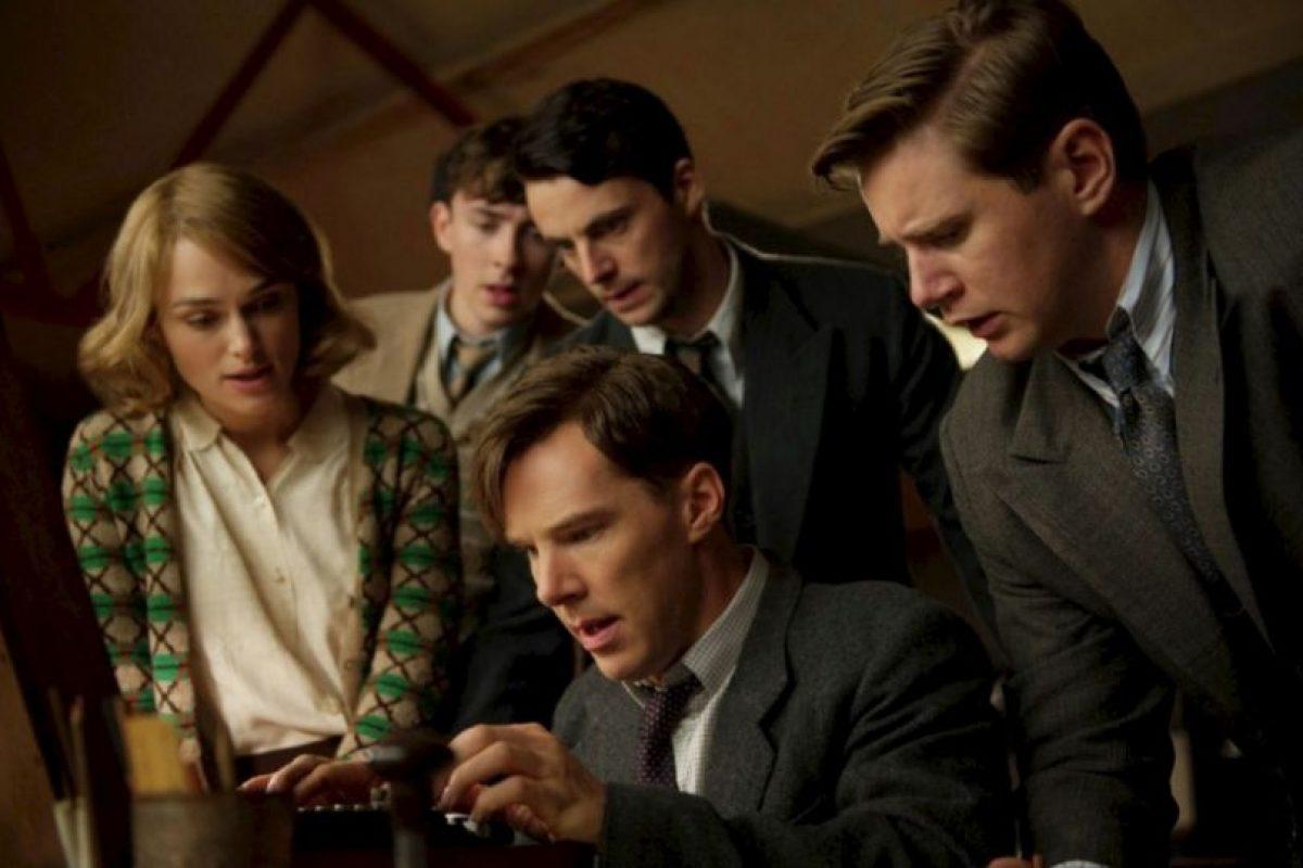 Durante la Segunda Guerra Mundial, un brillante matemático lidera un equipo de criptógrafos que intenta descifrar el inquebrantable código enigma de Alemania. Foto:vía Netflix. Imagen Por: