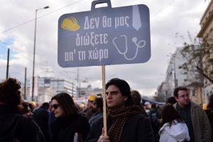 """Un manifestante sostiene una pancarta que dice """"no nos patearán fuera del país"""", durante una marcha por el centro de Atenas en protesta por los nuevos recortes al sistema de seguridad social. Foto:AFP. Imagen Por:"""