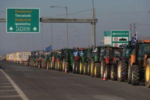 Tractores estacionados cerca de la frontera con Turquía, como protesta por las nuevas reformas y recortes a los sistemas de pensiones del gobierno. Foto:AFP. Imagen Por:
