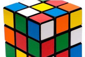"""El 19 de mayo de 1974, el escultor y profesor húngaro Ernő Rubik lanzó al mercado un """"rompecabezas"""" tridimensional que fue llamado """"cubo mágico"""". Foto:Wikicommons. Imagen Por:"""