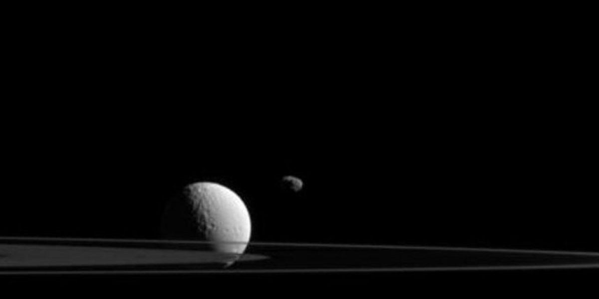Ésta es la espectacular imagen captada por la sonda Cassini de dos de las lunas de Saturno