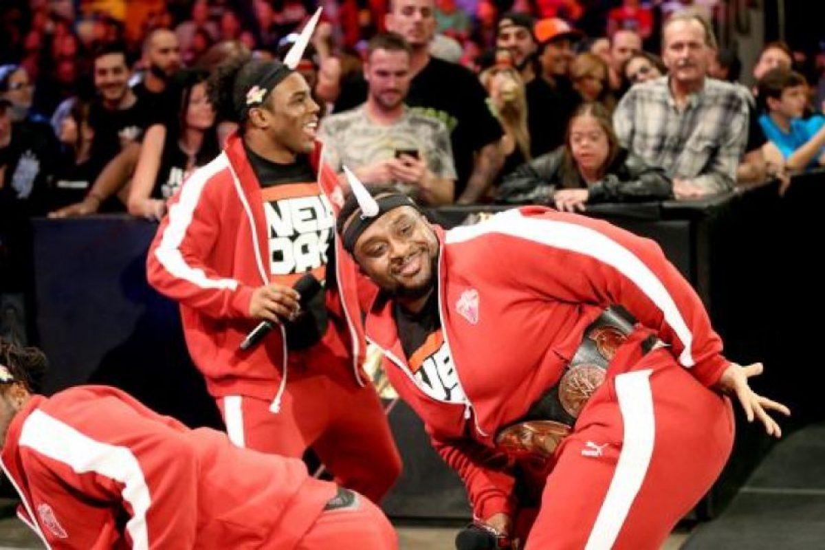 Tiene los cinturones de Campeones de Parejas Foto:WWE. Imagen Por: