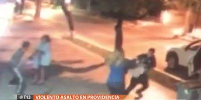 Providencia: asaltantes golpean con puños y pies a mujeres para robarles sus carteras