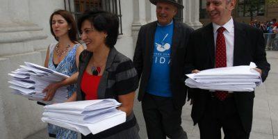 Entregan 100 mil firmas en La Moneda en contra del aborto en sus tres causales