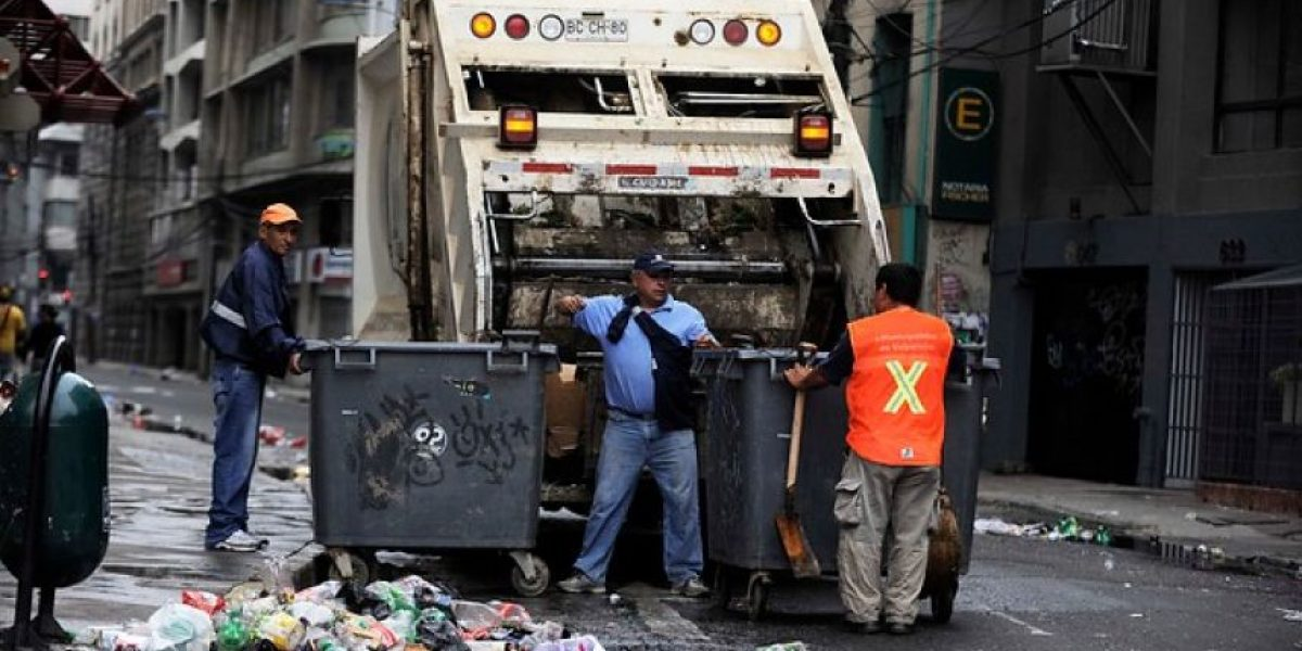 Recolectores de basura anuncian paro por sobrecarga tras cierre de Santa Marta