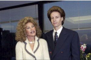 Ella comenzó a hacerse cirugías de párpados. Pero en 1997, su marido la dejó. Foto:Getty Images. Imagen Por: