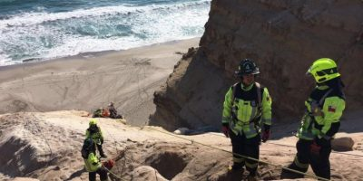 Bomberos rescata a dos parapentistas que impactaron con acantilado en Antofagasta