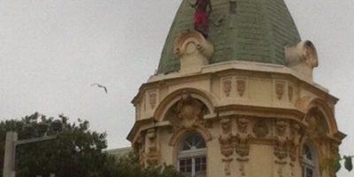 Bomberos rescató a mujer que subió a cúpula de céntrico edificio en Viña del Mar