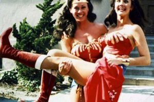 Lynda Carter y su doble Jeannie Epper Foto:Vía vintage-visuals.tumblr.com/. Imagen Por: