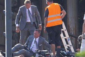 """Daniel Craig y su doble en """"Skyfall"""" Foto:Vía weloveeveryone.posterous.com. Imagen Por:"""