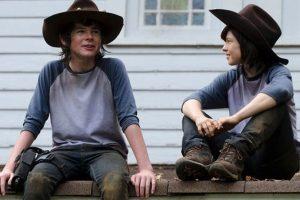 """Chandler Riggs y su doble en """"The Walking Dead"""" Foto:Vía distractify.com. Imagen Por:"""