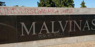 Hinchas de U. de Chile detenidos en Argentina por rayar monumento