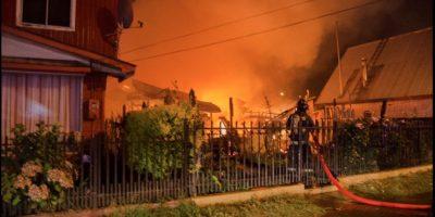 Voraz incendio reduce a cenizas tres casas y deja a dos ancianos heridos en Osorno