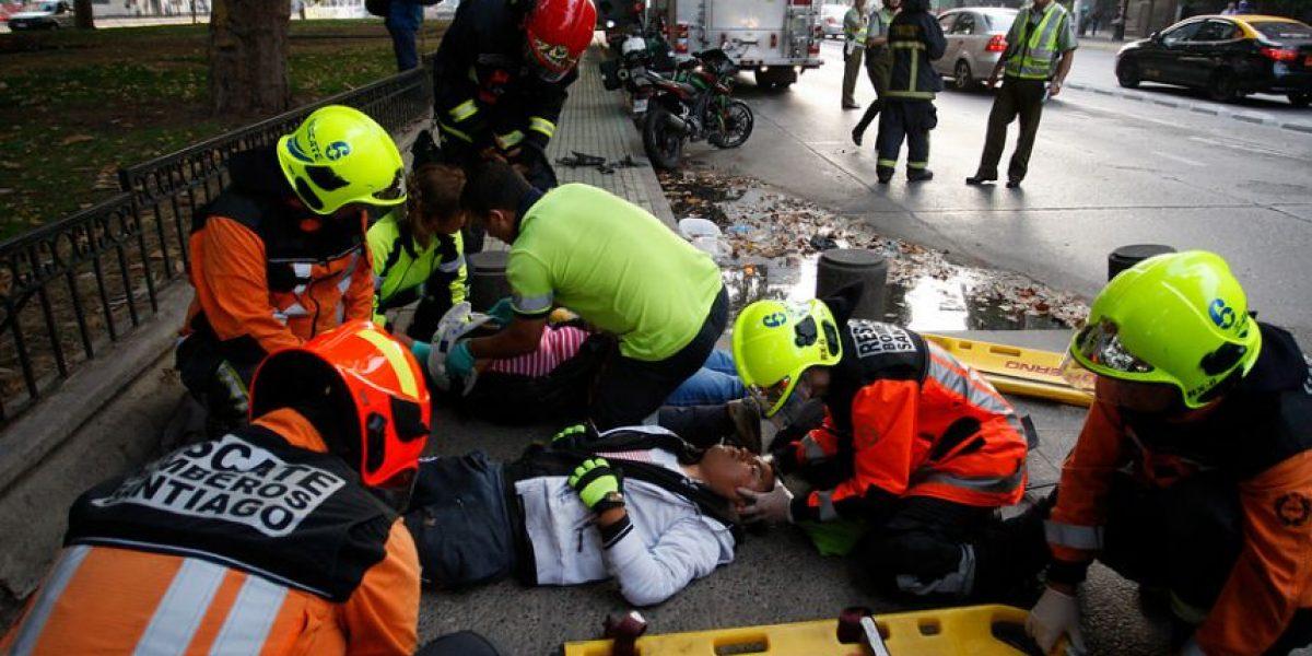 Motorista choca con pilares de cemento: accidente deja dos lesionados en plena Alameda