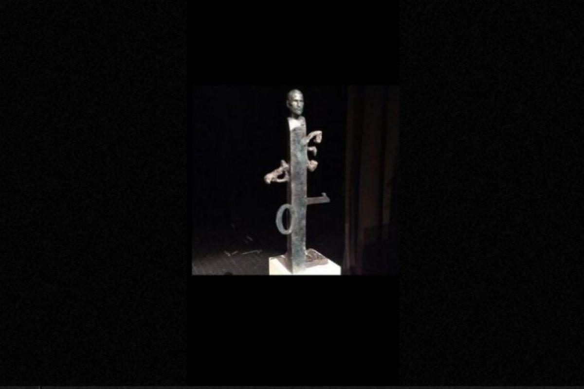 Esta escultura también rinde homenaje al creativo, aunque no deja de ser muy extraña. Foto:Vía Tumblr.com. Imagen Por: