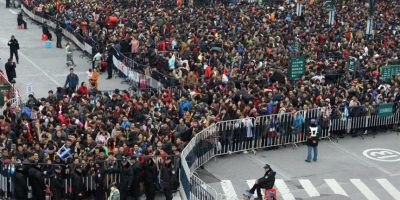 China: caos por cientos de pasajeros varados por la nieve