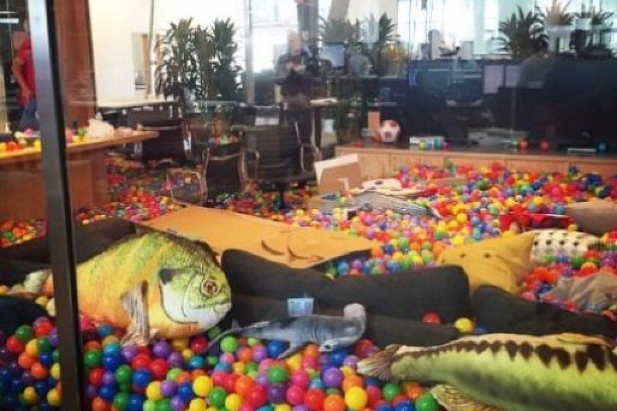 Peces y tiburones con pelotas de colores por doquier en la oficina del CEO de Facebook. Foto:Vía instagram.com/bobspace. Imagen Por: