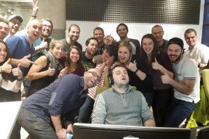 Todo comenzó con una simple foto. Un hombre se quedó dormido en el trabajo y sus compañeros se burlaron Foto:Imgur / Reddit. Imagen Por: