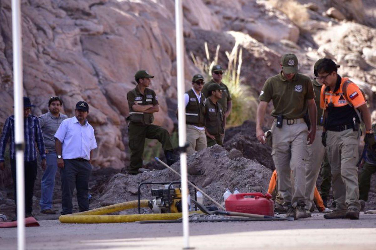 """""""Los Topos"""" y Carabineros trabajando en la zona donde se encontró la """"anomalía"""". Foto:ATON Chile. Imagen Por:"""
