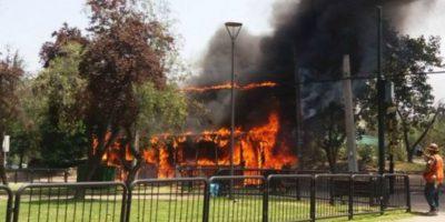 Bus del Transantiago se quema por completo y provoca explosiones en avenida Kennedy