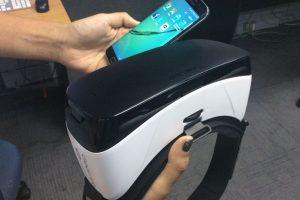 El Gear VR usado en las oficinas de Publimetro (En primer plano el mando que permite regular el foco). Foto:Publimetro / Víctor Jaque. Imagen Por: