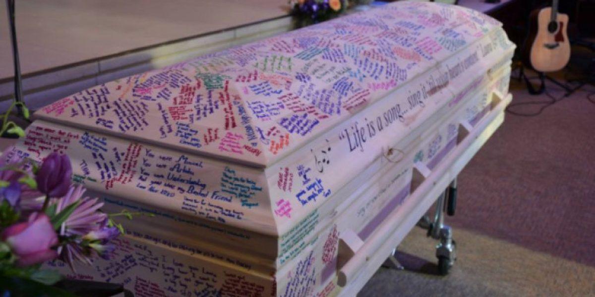 Compañeros de joven que murió de cáncer transformaron su ataúd en su anuario de colegio
