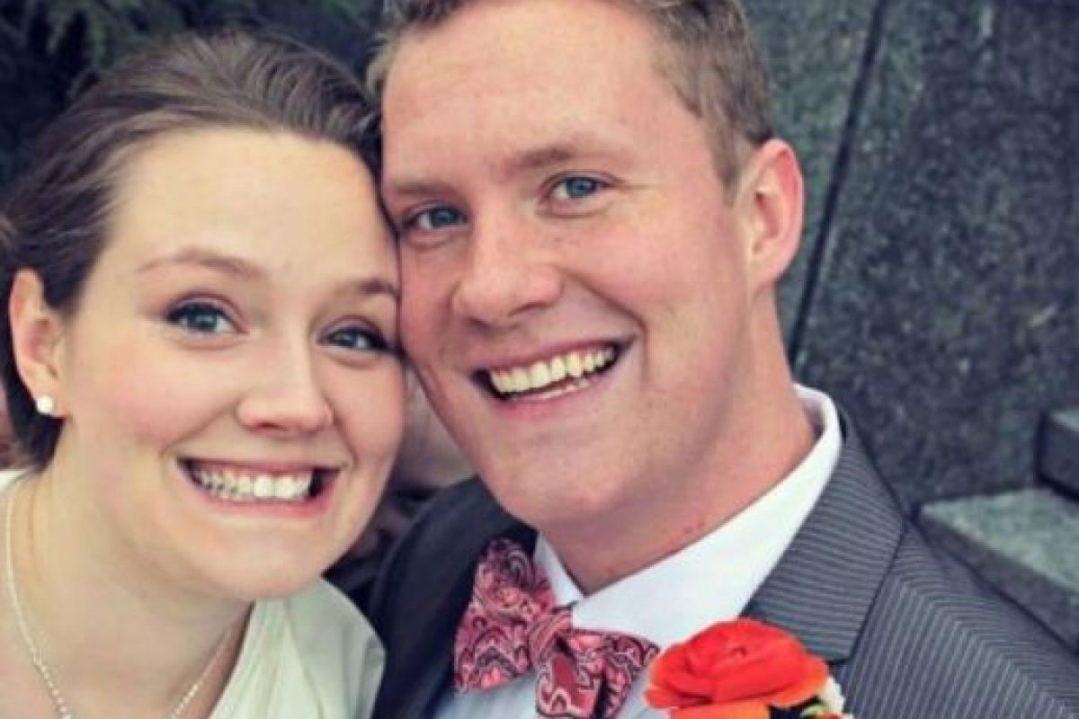 """Sin embargo, esta pareja ni siquiera se dio cuenta de la """"presencia"""" de un extraño cuando se tomaron una fotografía durante el día de su matrimonio. Foto:vía Imgur. Imagen Por:"""