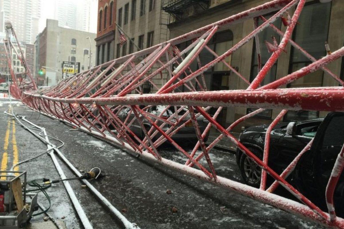 Distintos autos quedaron dañados. Foto:Vía twitter.com/FDNY. Imagen Por: