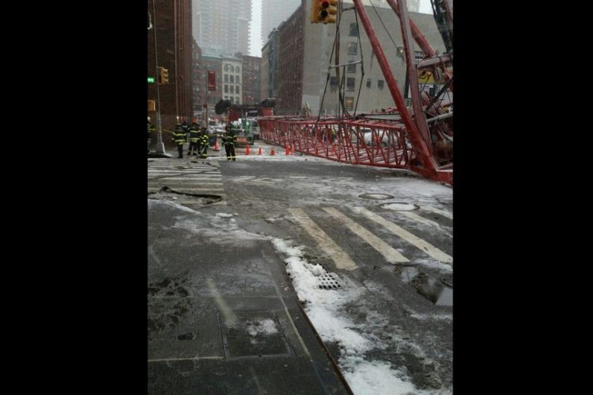 La grúa alcanza a cubrir casi dos cuadras Foto:Vía twitter.com/FDNY. Imagen Por: